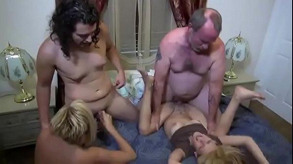 Casadas começam se chupando na cama e termina na putaria junto com maridos