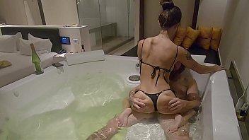 Coroa encantadora fodendo na banheira com amigo do filho