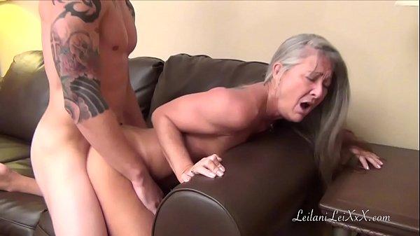 Coroa puta chupa e faz sexo com jovem gostoso do corpo sarado