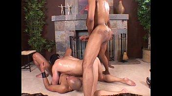 Gay de boné começa fodendo com um e termina na dupla penetração