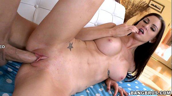 Pornô morena corajosa chupa e encara caralho gigante na buceta