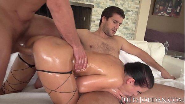 Puta sofre na foda com dois dotados fazendo dupla penetração anal