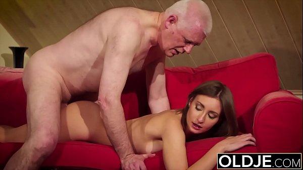 Putinha faz sexo perfeito com pai coroa de cabeça branca