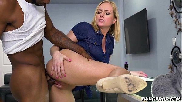 Xvideos pornô loira chupa e leva piroca preta grande na xota