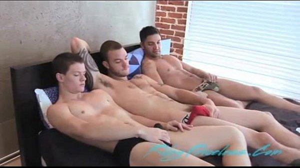 Amigos gays na orgia juntos em cima da cama