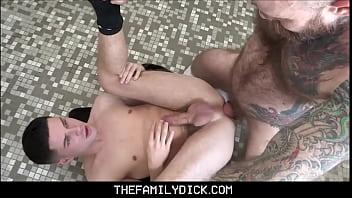 Garoto chupa e fode o cu do gay novinho de boné na webcam
