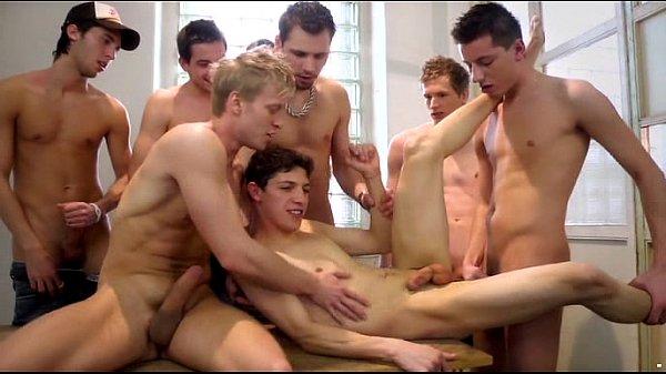 Gay novinho na orgia levando piroca de vários machos tarados