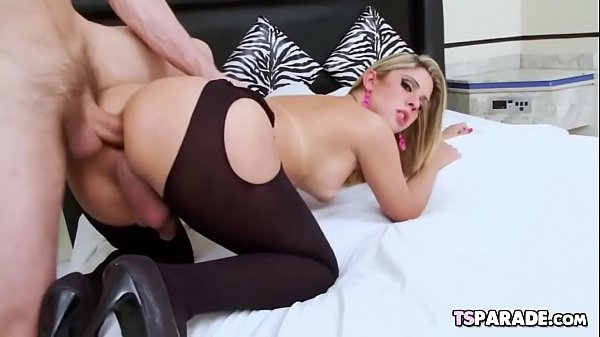 Travesti loira Nicole leva rola e goza na punheta com o macho