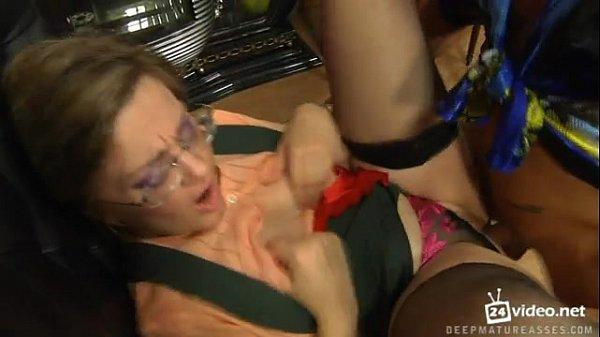Garoto enfia dedos masturba e fode o cu da empregada coroa