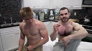 Gay gostoso chupa e ganha vara e muita porra do sarado dentro do cuzinho