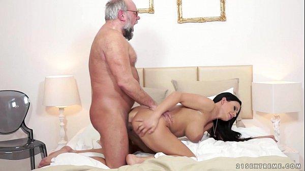 Neta madura tesuda goza no tico gostoso do seu avô