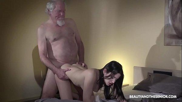 Netinha novinha toca siririca e fode com o avô coroa gozando de quatro