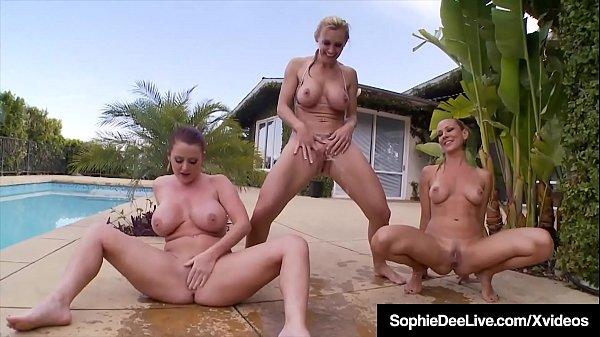 Trio lésbico encantador gozando no oral na piscina do condomínio