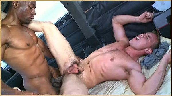 Gay sai de carro com casal e acaba dando o cu para o marido negro