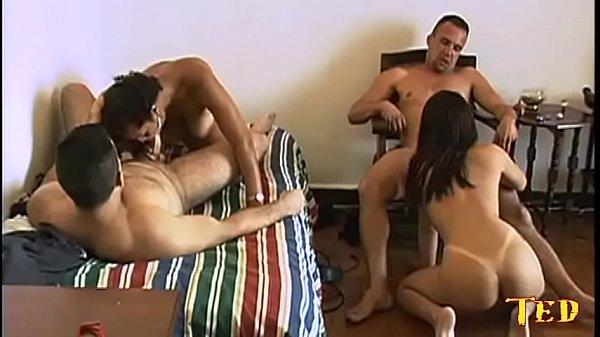 Casal Brasileiro recebe amigos em casa para um sexo quente e gostoso