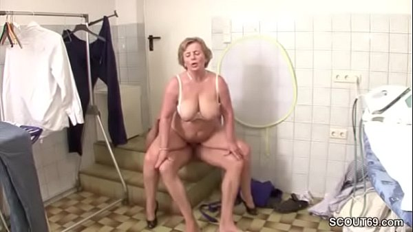 Empregada coroa faz sexo com patrão gostoso e ganha porra na cara