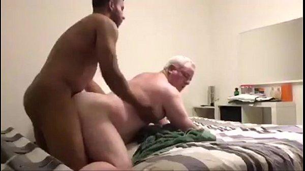 Homem comendo o cu do coroa gay gordinho por dinheiro