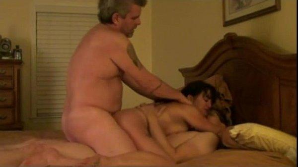 Marido fode na cama com esposa coroa e um novinho dotado
