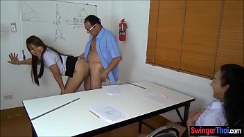 Video amador aluna bunduda rebolando na rola preta do profesor na sala de aula