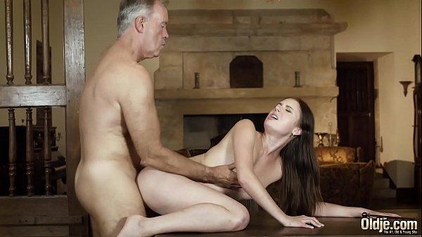 Estudante novinha faz sexo com professor coroa do tico grosso