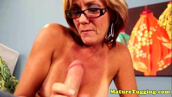 Professora coroa com seios de fora masturba aluno pirocudo