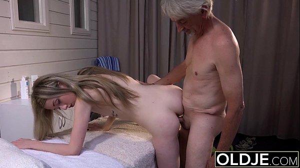 Neta vai fazer massagem no avô idoso faz chupeta e fode gostoso