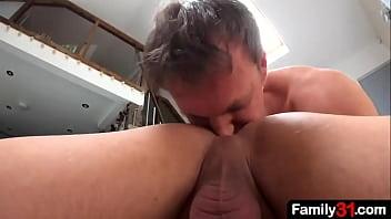 Gay safado mama e leva rola no cu do colega sarado da academia