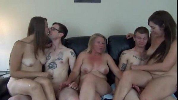 Cenas de sexo com casais jovens na companhia de um coroa safada