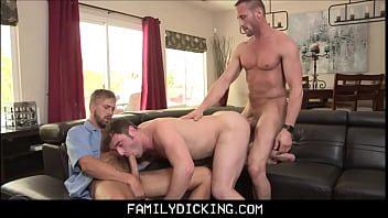 Gay jovem acorda pretos no boquete e cai no surubão
