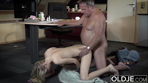 Loirinha faz sexo com pai gordinho goza no meia nove e ganha leite na boca