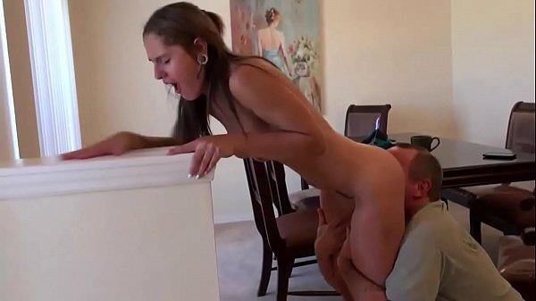 Ninfeta sexo oral e gozada com tio gordinho no chão da sala