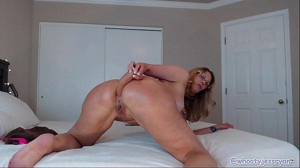 Coroa pervertida se exibe na webcam com pau de borracha preto na buceta e cu