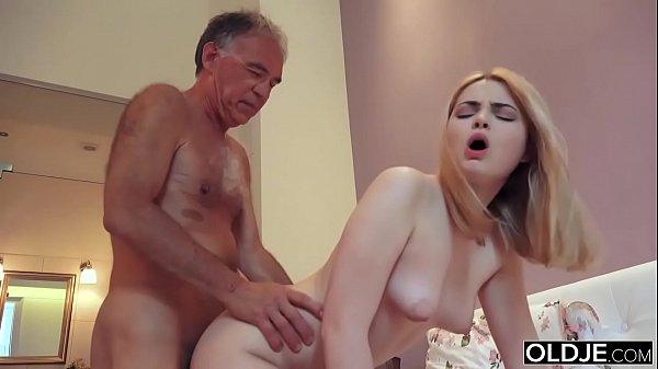 Neta perfeita de 18 anos toma banho e transa com avô na cama