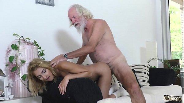 Incesto xxx neta fogosa mata tesão fodendo com avô da piroca grande
