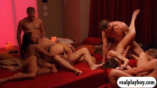 Casais reais na putaria e sexo em uma cama redonda enorme