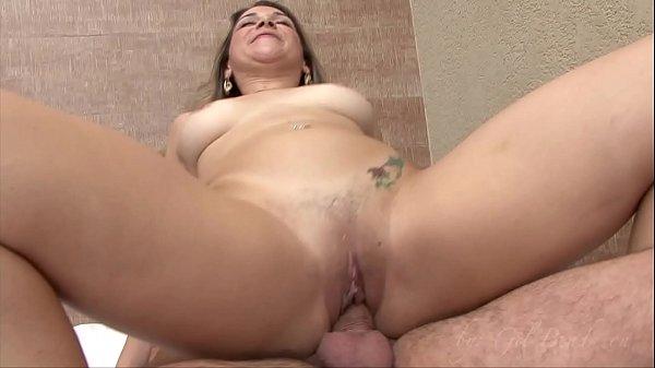 Brasileira Sara Lopes dando a buceta e gozando com pau no cu no motel