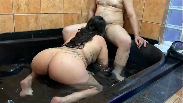 Gordinha amadora pratica sexo oral e cavalga na vara do macho dotado