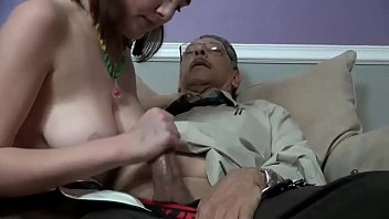 Neta tira shortinho atolado na xota chupa e fode com avô de cabeça branca