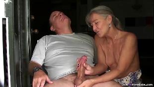 Empregada coroa masturba o pau grosso e cabeçudo do patrão gordinho