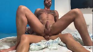 Gay barbudo chupa e goza quicando na pica grande do novinho