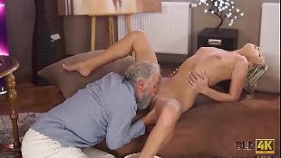 Vovô gozando e fazendo neta gozar no melhor sexo oral