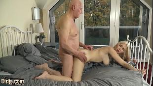 Avô safado flagra neta se masturbando na cama e fode a bucetinha