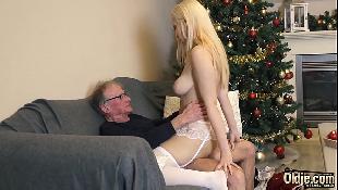Neta loirinha faz surpresa chupa e fode com avô coroa dotado