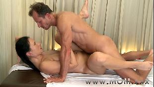 Sexo quente da morena madura com massagista coroa na maca