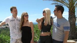 Dupla de loiras quentes fazendo troca de casal no porno amador